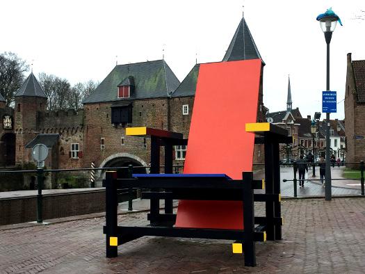 Amersfoort - Koppelpoort mit Rietveld-Stuhl