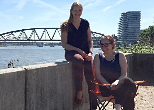 Karoline Kneist und Eva Zimmermann in der Waalheimat mit Podcaststuhl