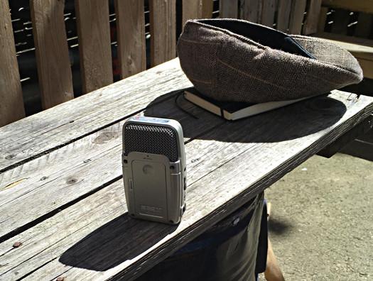 Aufnahmegerät auf Holztisch
