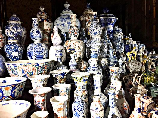 Delft Blau Porzellan im Gemeentemuseum Den Haag
