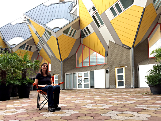 Simone Gorosics vor den Kubushäusern in Rotterdam