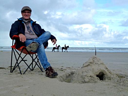 Auf Ameland: Oliver Hübner auf dem Podcast-Stuhl