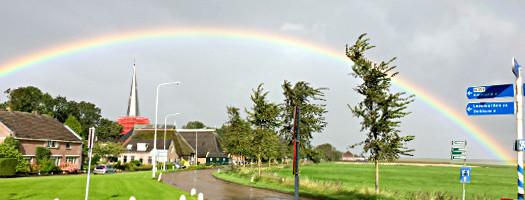 Nicht weit bis Ameland: Regenbogen über Holwerd