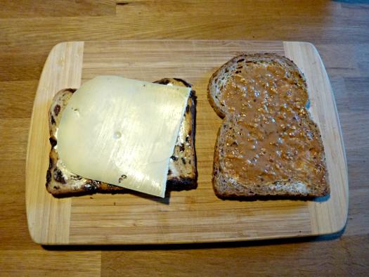 Niederländisches Brot, Käse, Pindakaas