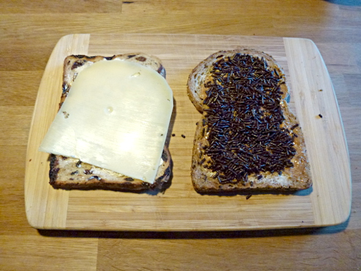 Niederländisches Brot, Käse, pindakaas, hagelslag