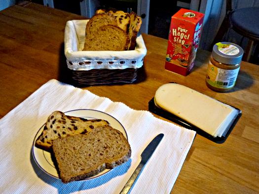 Frühstückstisch mit niederländischen Brot