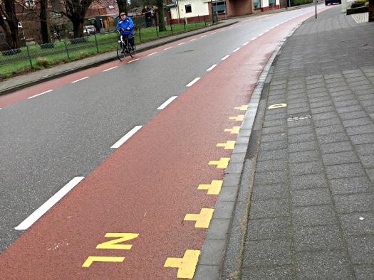 Straße in Dinxperlo, die Straße gehört zu den Niederländen, der Gehweg zu Deutschland