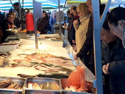 Wochenmarkt Niederlande: Fischstand auf dem Markt in Enschede