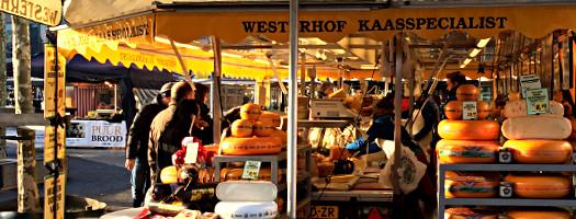 Käsestand auf dem Wochenmarkt in Enschede