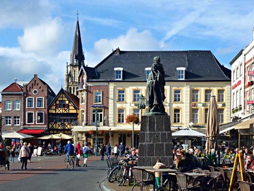 Marktplatz von Sittard mit Bevrijdingsmonument