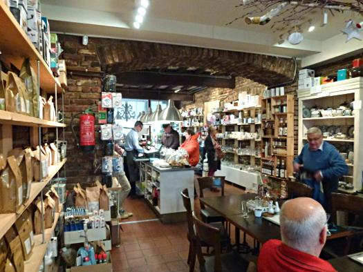 Innenansicht der Kaffeerösterei Mckaela's in Sittard