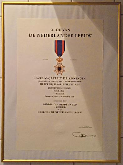 Urkunde zur Verleihung des Orde van de Nederlandse Leuw an Dolf Verroen