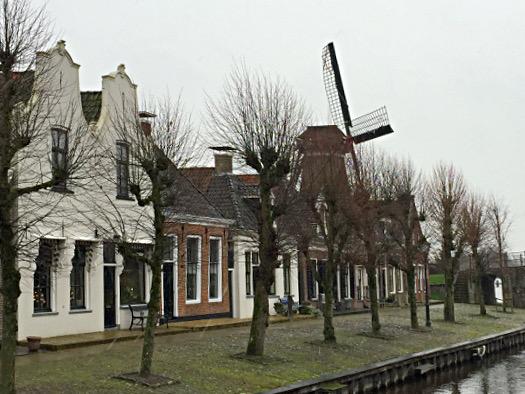 Grachtenhäuser und Windmühle in Sloten