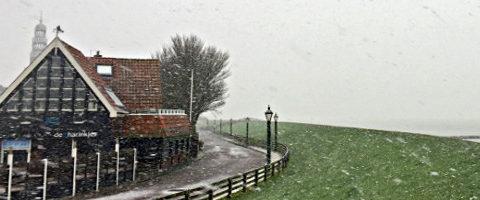 Der Deich und der Schnee - Winter in Hindeloopen