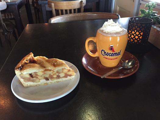Appeltaart und chocomel im Café Havenzicht in Heusden