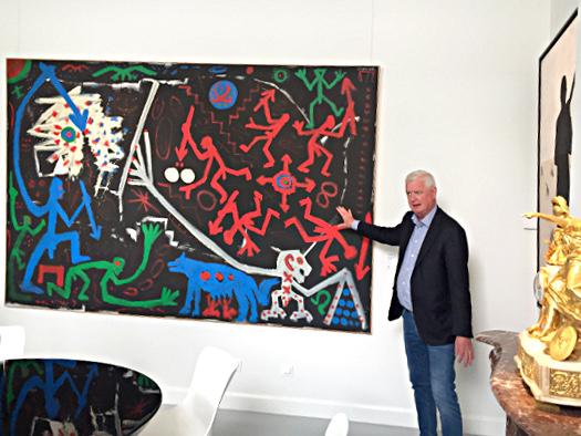 Geert Stijnmijer erklärt ein Gemälde von A.R. Penck