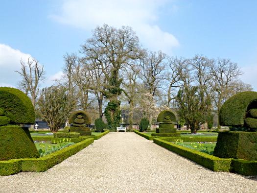 Kunstvoll geschnittene Hecken im Garten des Landguts Twickel