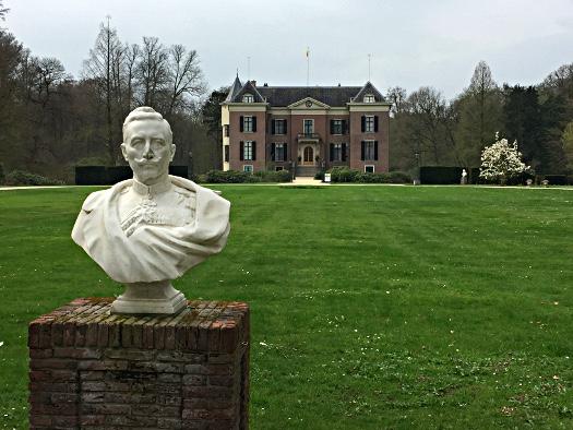 Büste von Kaiser Wilhelm II. vor Haus Doorn