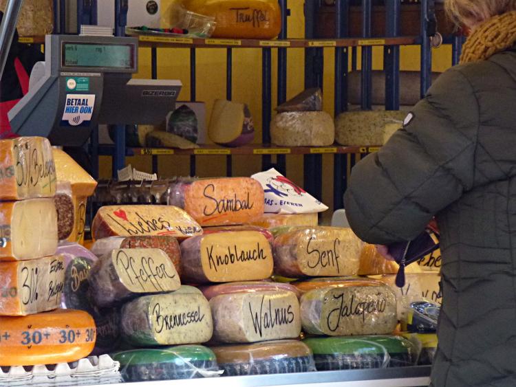 Käsestand auf dem Wochenmarkt Venlo