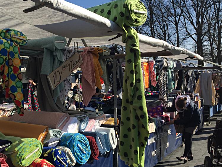 Stoffstand auf dem Markt von Venlo