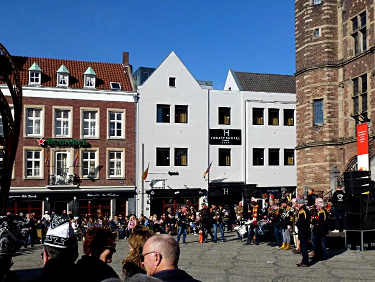 Rathausmarkt Venlo mit Blaskapelle