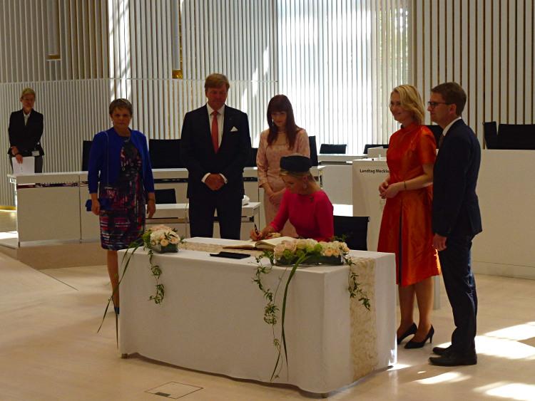 Landtag Schwerin, Königin Máxima trägt sich ein ins Gästebuch