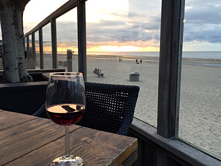 Im Strandpavillon mit Glas Wein