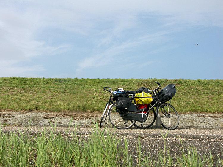 Fahrräder am Deich